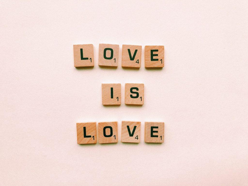 "Scrabble lettre where is write ""Love is Love"""